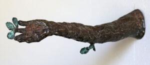 Skulptur i brons Daphnes arm av Eva Mossing Larsen