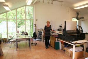 Catharina har en egen tryckpress i sin ateljé och gör allt arbete själv.