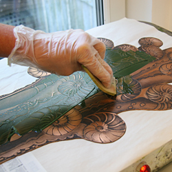 Each time a new print shall be made, the plate has to be colored again. This time Catharina is using a green ink - the color shade that she has decided for the final art work.