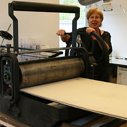 The intaglio press basically consists of two steel rollers mounted in a frame. Between these rollers a pressure bed is placed.