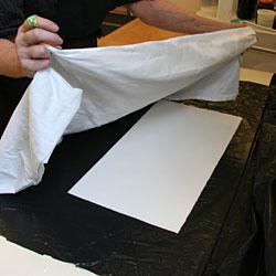 Papperet torkas av innan tryckningen.