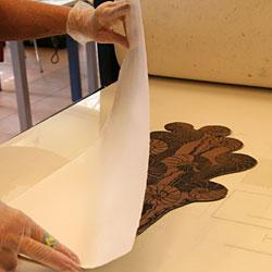 Papperet placeras på kopparplåten.