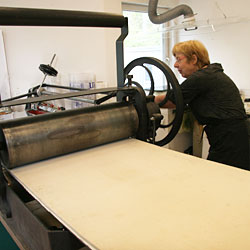 The first proof - when Catharina turns the wheel the upper roller drives the printing bed forward.