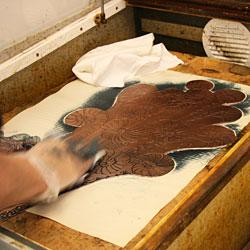 Tvättning med lacknafta för att få bort tryckfärgen.