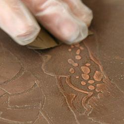 Putsning med våtslippapper för att göra ytan ljusare och slätare - vilket i tryck medför en ljusare yta.