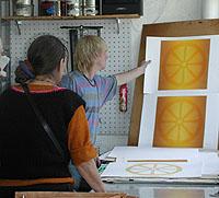 Maria och Lasse granskar resultatet.