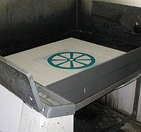 Nästa aluminiumplåt är framkallad och klar för att sättas fast i tryckpressen.