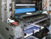 Här ser vi hur litografin kommer ur tryckpressen.