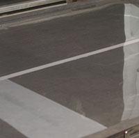 Den färdiga plastfilmsbilden läggs på detta ytskikt och aluminiumplåten belyses med UV-ljus.