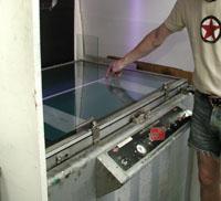 Aluminiumplåten klar för belysning med UV-ljus.