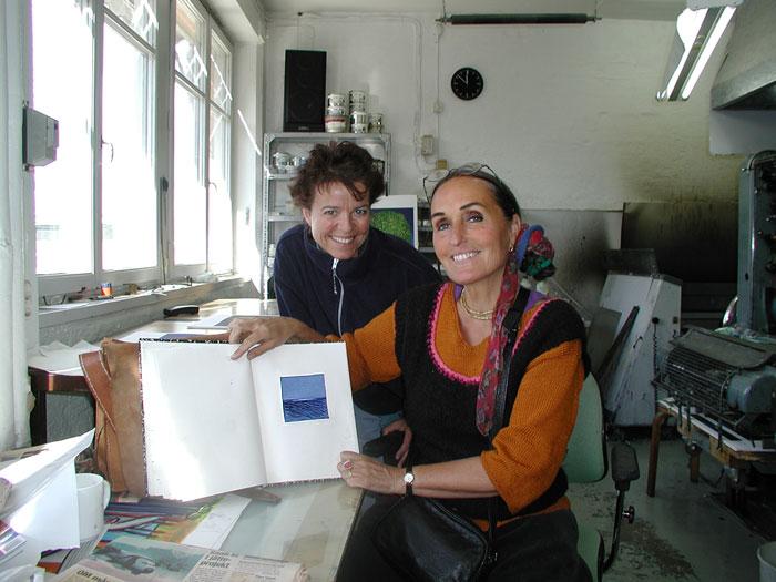Här visar Maria Hillfon sin färgskiss som ligger till grund för den färdiga litografin. Med på bilden är Karin Norén.