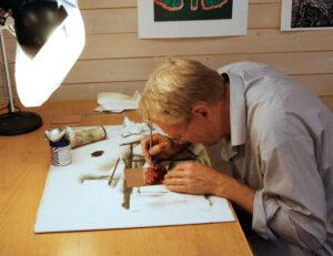 Bra ljus är viktigt för Lars precisionsarbete.
