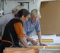 Färgnyanserna granskas av Maria och Lasse.