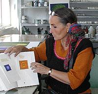 Maria visar oss färgskissen i sin bok.