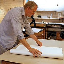Lars viker papperet som ska rivas.