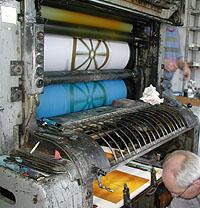 Här ser vi det färdiga resultatet komma fram i tryckpressen.