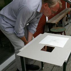 Lars granskar resultatet av tredje provtrycket.