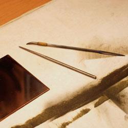 Kopparplåten tillsammans med de båda verktyg som behövs.