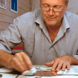Putsning av kopparplåten så att de allra minsta och tunnaste linjer som Lars tecknar kommer att synas.