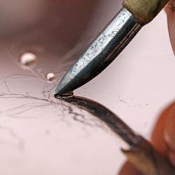 Polerstålet är ett mjukt rundat stål och används tillsammans med en droppe vatten för att sudda - ingen repa är definitiv.
