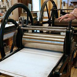 Tryckpressen förbereds.