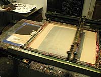 The second squeegee moves from left to right bringing the remaining paint back as a thin layer, ready for printing of the next sheet.