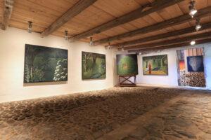 Maria Hillfons utställningsrum med kullersten.