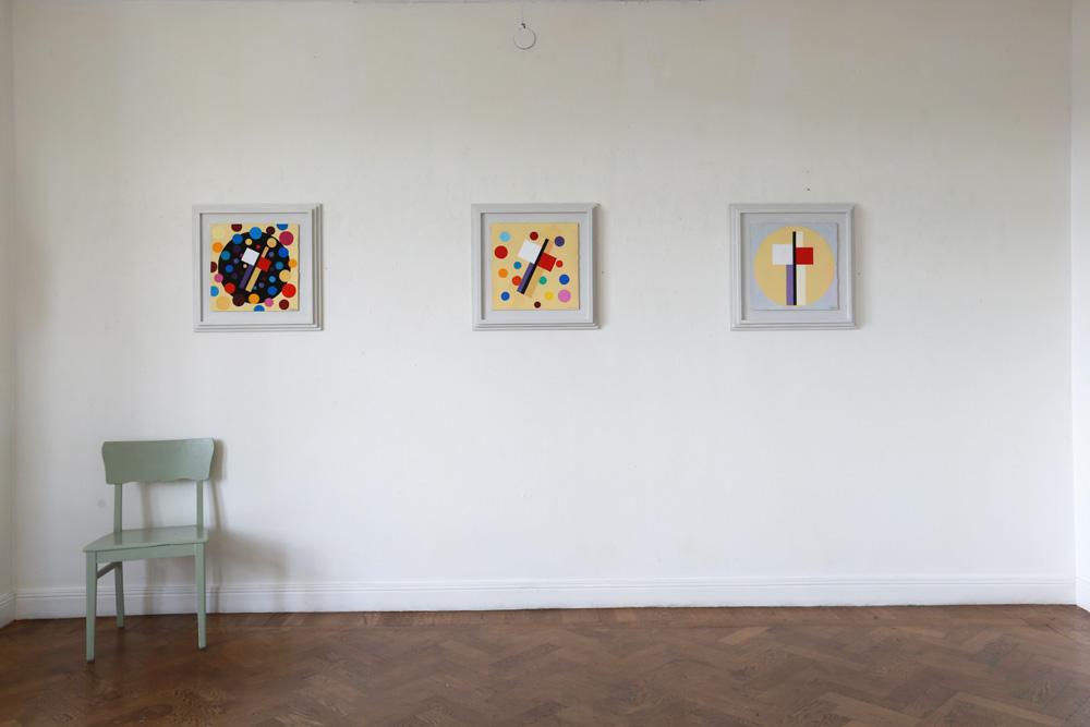C Göran Karlssons målningar En ängel i rummet nummer 2-4 (från höger till vänster).